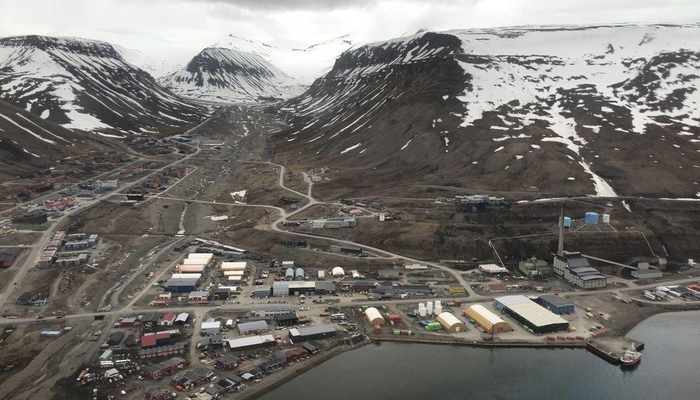 Kullkraftverket (til høyre i bildet) skaffer både strøm og varme til Longyearbyen. Kulldrift skal erstattes av mer miljøvennlig energibærer. Valget av alternativ er ikke tatt ennå.