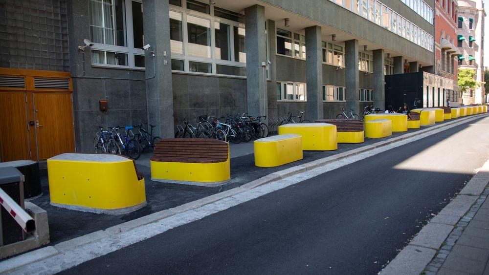 Barrierer designet som gatemøbler utenfor Kulturdepartementet og Nærings- og fiskeridepartementet i Grubbegata i Oslo.