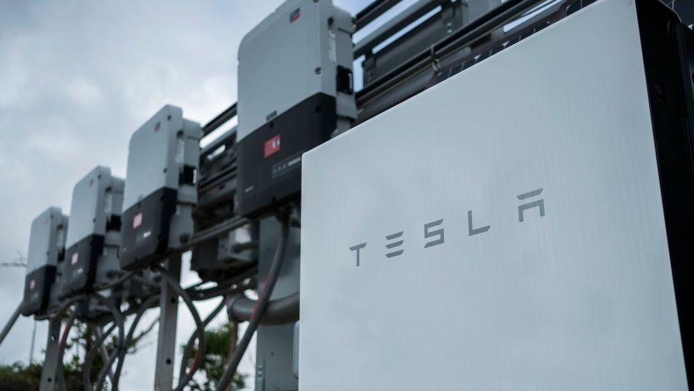 Tesla har økt antall ladestasjoner til totalt 1.308, men har et rekordstort underskudd.