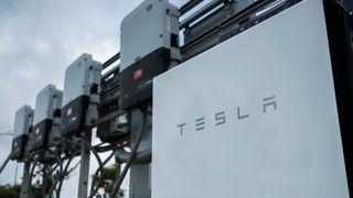 Tesla med rekordstort underskudd, men aksjene stiger