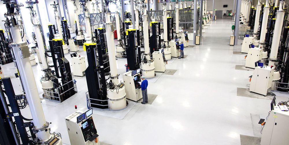 Skal Norsun klare å produsere flere wafere; solcellenes råmateriale, må de utnytte produksjonsmulighetene maksimalt – uten at det går på kvaliteten løs. For å løse den oppgaven får de forskerhjelp fra Sintef. Bildet viser krystalltrekkerne som er sentrale i produksjonen.
