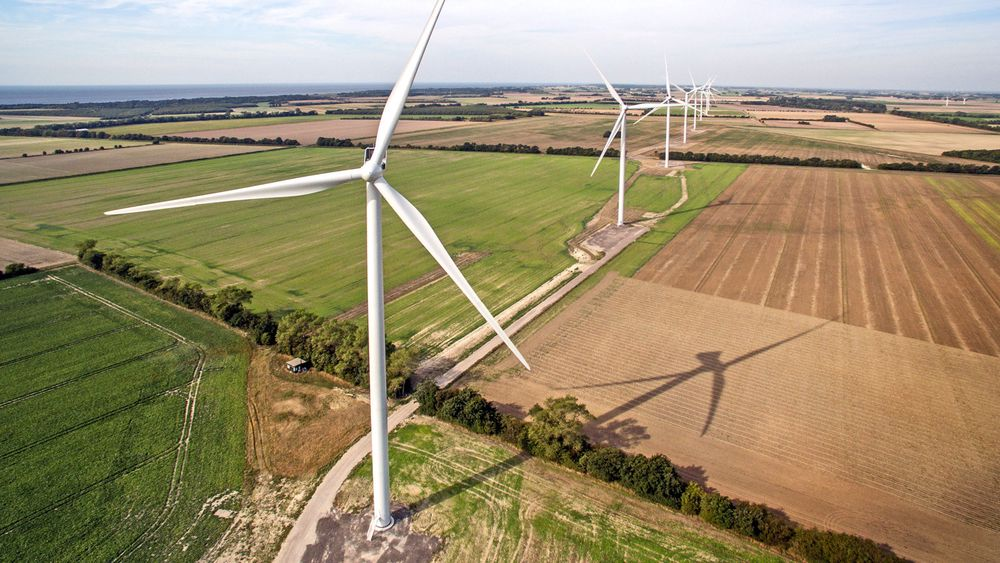 Det danske energiforliket legger tak på den aller billigste grønne strømmen – de landbaserte vindmøllene. Det gjør den grønne omstillingen dyrere, konstaterer energiforsker. Illustrasjonsbilde fra den danske vindparken Rødby Fjord.