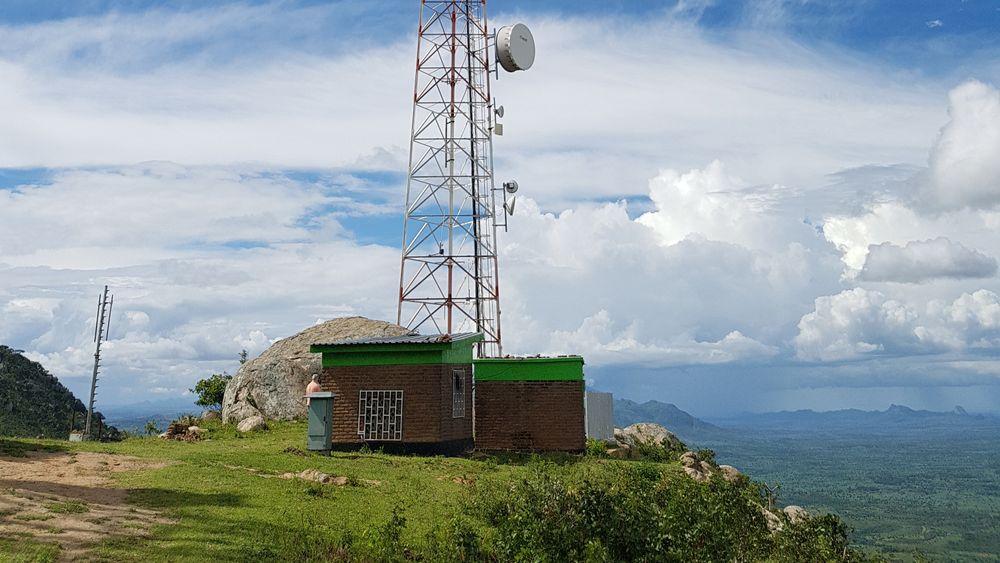 Partileder i Senterpartiet, Trygve Slagsvold Vedum, ønsker at Stortinget skal se på kostnader for å skru på FM-nettet igjen, men de nyeste FM-senderne er sendt til Malawi i Øst-Afrika. Her skulle de øke dekningen av Radio Timweni til nesten 100 prosent.