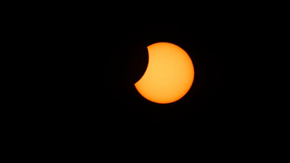 Lørdag blir det både solformørkelse, oppskyting av solsonde og meteorsverm. Her fra solformørkelsen i 2015, sett fra Longyearbyen på Svalbard.