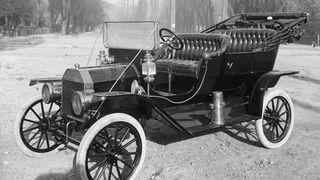 En 1910 Ford modell T, fotografert i Salt Lake City, Utah, USA. Bildet skulle brukes til en reklame.