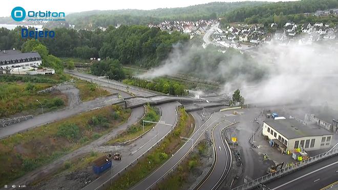 Se video fra flere vinkler: Her sprenges de gamle bruene ved E18-brua i Larvik