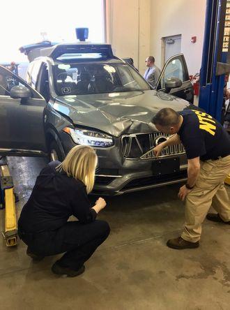 Amerikanske transportmyndigheter undersøker ulykkesbilen.