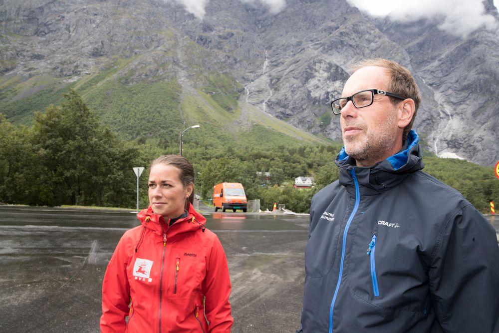 Geolog i NVE Gudrun Dreiås Majala og ordfører Lars Olav Hustad møtte pressen lørdag ettermiddag etter at farenivået til Veslemannen var blitt senket til gult igjen