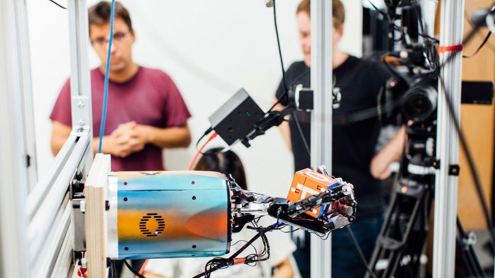 Stadig nye tekniske løsninger og roboter triller inn på markedet. Flere arbeidstakere enn før frykter at dette kan ta jobben fra dem. Illustrasjonsbilde.