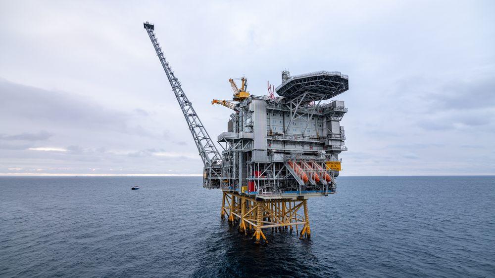 Martin Linge er på plass på feltet i Nordsjøen. Fremdeles gjenstår måneder med ferdigstilling, før den er klar til å produsere.