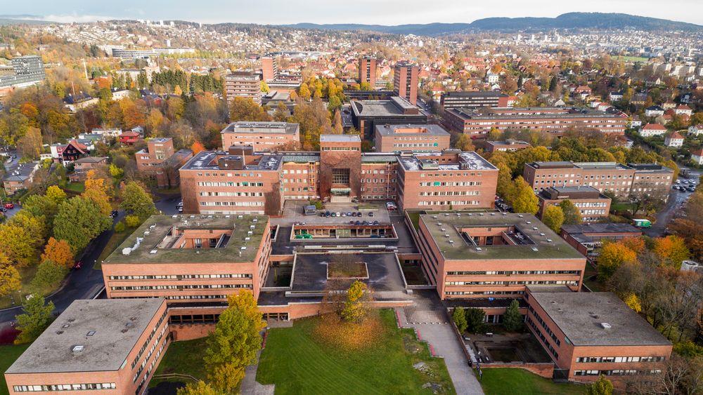 Universitetet i Oslo sett fra sørsiden av området. Ifølge Norsk studentorganisasjon står færre studenter i boligkø nå enn på samme tid i fjor.