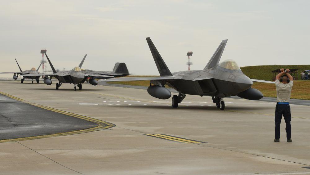 Amerikanske F-22-jagerfly etter landing i Tyskland i forrige uke. Onsdag formiddag kommer to av dem til Ørland.