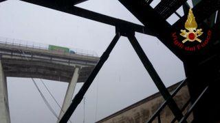 Rundt 30 ble drept da bro falt ned. Øyenvitne forteller at broen ble truffet av lynet