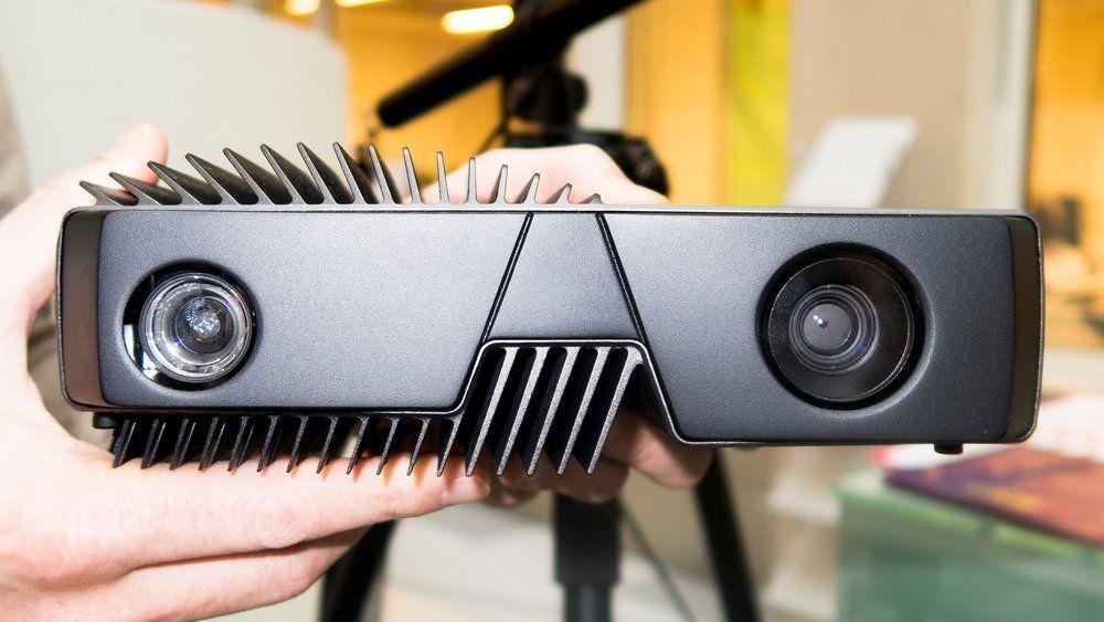 Nesten menneskelig: Zivid-kameraet minner litt om et menneske. Projektoren og kameraet ser ut som øyne og kjøleribbene kan minne om hår og skjegg. Det er ikke tilfeldig. Her har Eker Design vært inne og satt preg på produktet.