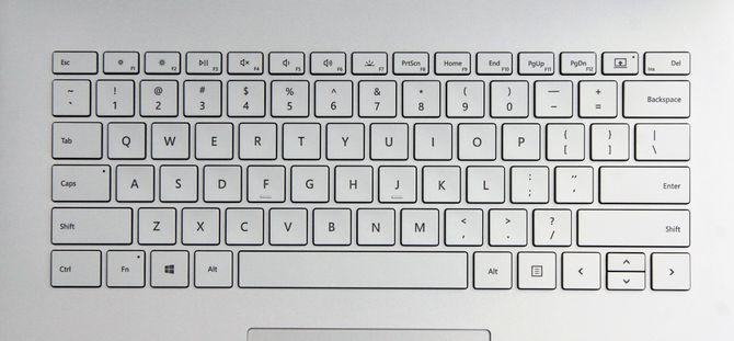 Tastaturet til Surface Book 2 har taster som stikker lenger opp fra overflaten enn på Macbook-en. Vårt testeksemplar kom med amerikansk tastelayout, men produktene som selges i Norge har selvfølgelig norsk oppsett.