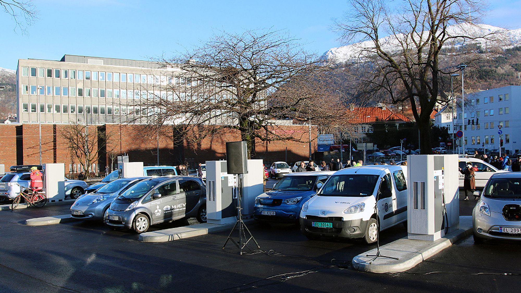 Bergen er kåret til Norges elbilhovedstad 2018. Bildet viser BKKs hurtigladestasjon på Danmarks plass.
