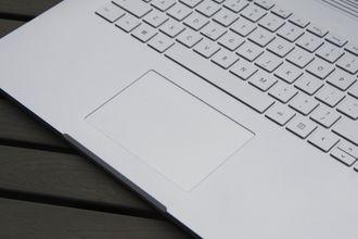 Pekeplaten på Surface Book 2 er vesentlig mindre enn den i Macbook-en, men er likevel god å bruke.