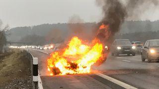 Mikaels bil brant opp på motorveien – slik svarer BMW