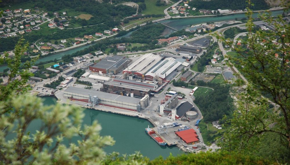 Hydro har anodefabrikk og kaianlegg for import av råvarer og eksport av ferdigprodusert aluminium i Årdalstangen.Selve aluminiumsproduksjonen skjer i Årdal, noen kilometer lenger inn i dalen.