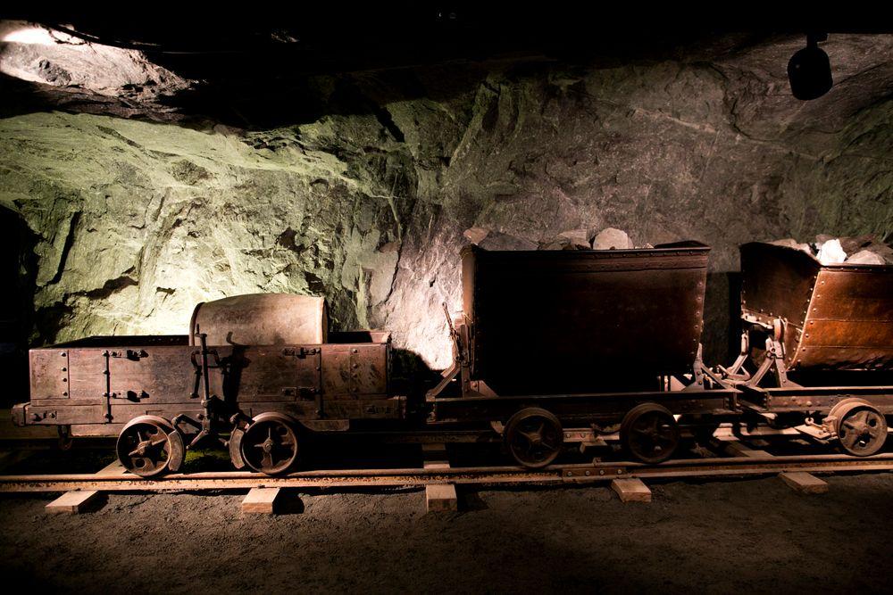 Sølvgruvene i Kongsberg (bildet), Sam Eydes indtustrieventyr og petroleumsindustrienfikk alle betydelig og avgjørende oppstartshjelp utenfra. Noe som igjen la grunnlaget for utvikling av nasjonale industrier og virksomheter.