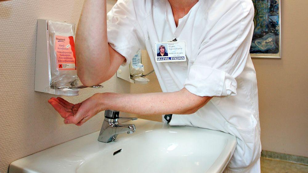 Håndsprit på sykehusene har vært ytterst effektivt for å få bukt med bakterier. Men nå har noen stammer av bakterier kommet opp med et motforsvar.Illustrasjonsbilde av hygienesykepleier. Personen på bildet har ingenting med artikkelen å gjøre.