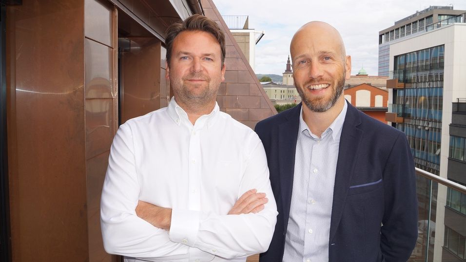 NY: Gustav Eddy Larsen (t.v.) er ansatt som ansvarlig for E-commerce og performance marketing i First Hotels. her sammen med Marius Zachariasen, VP Marketing & Innovation.