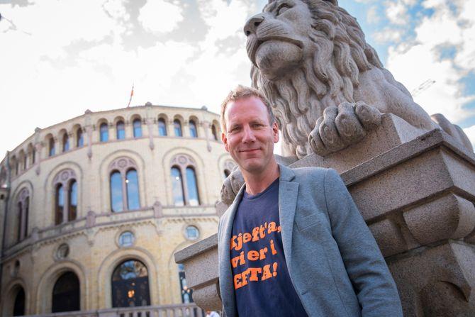 Politisk ekspert og satiriker Eirik Bergesen blir programleder på NRK P2 med programmet «All Makt».