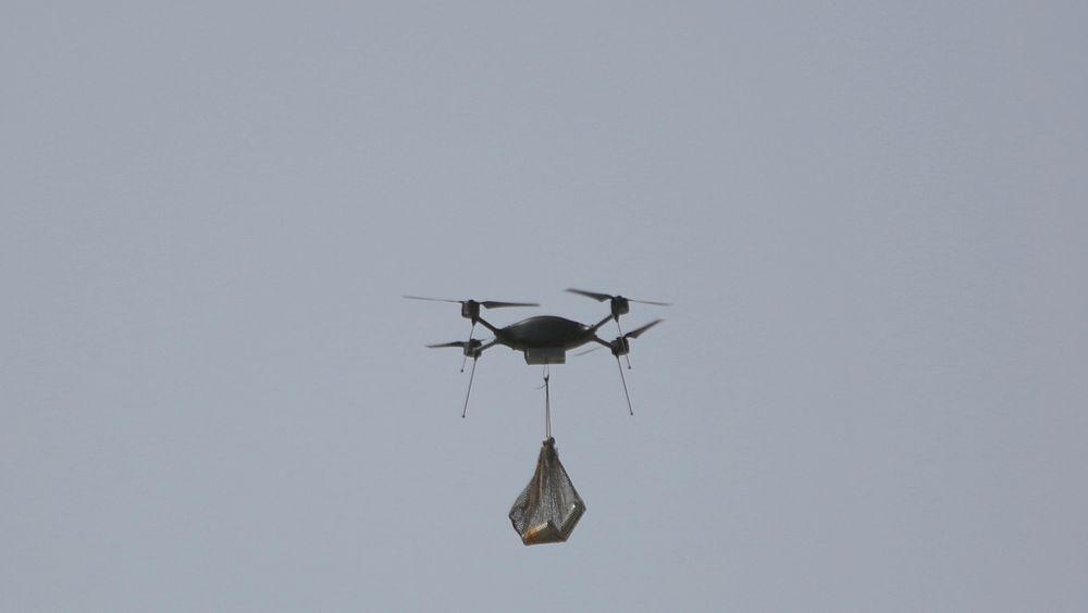 Bruk av droner er blitt vanlig i krig. Men droner er kontrollert av mennesker. Såkalte drapsroboter tar teknologien til et annet nivå ved bruk av kunstig intelligens. Illustrasjonsfoto som viser en drone som frakter to gassgranater til bruk under et sammenstøt mellom opprørere og sikkerhetsstyrker i Afghanistans hovedstad Kabul.