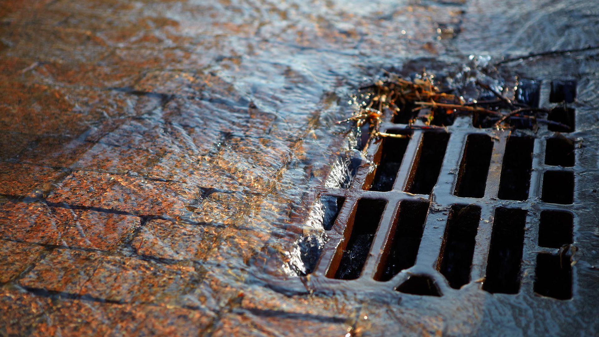 Rister som dette tar unna regnvannet, også kjent som overvann, langs gater, veier og parker. Men visste du hva som skjer med vannet rett under kummen?