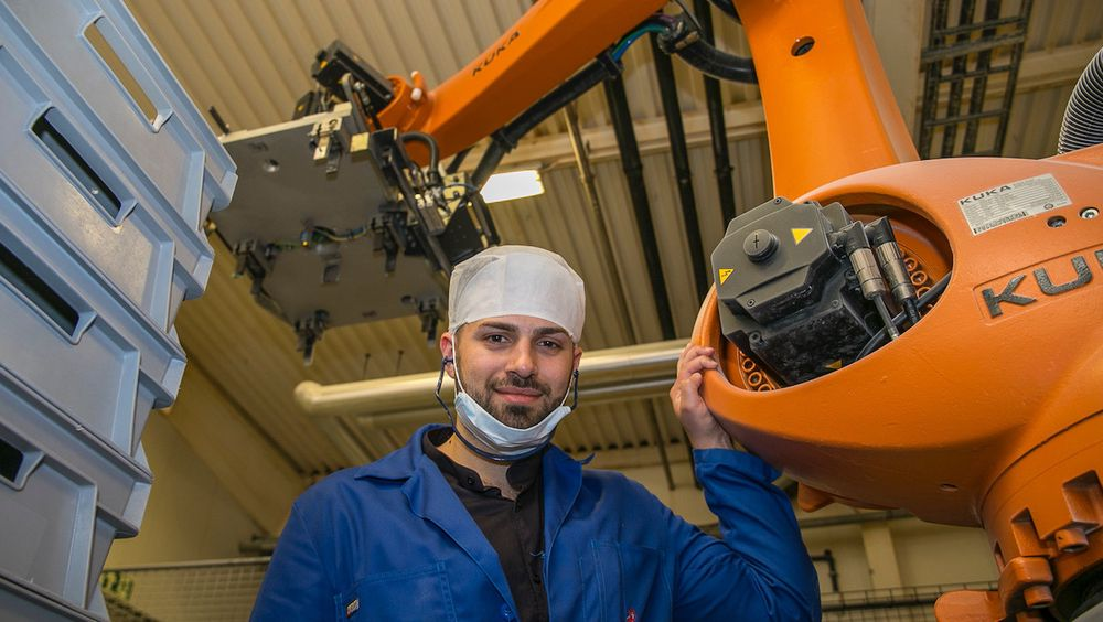 Haris Jasarevic fullførte masteren i robotikk på høyskolen i Østfold sommeren 2017, fikk jobb i Brynild Gruppen i Fredrikstad. Gjennom automatisering og robotisering har selskapet hentet ut en rekke gevinster.