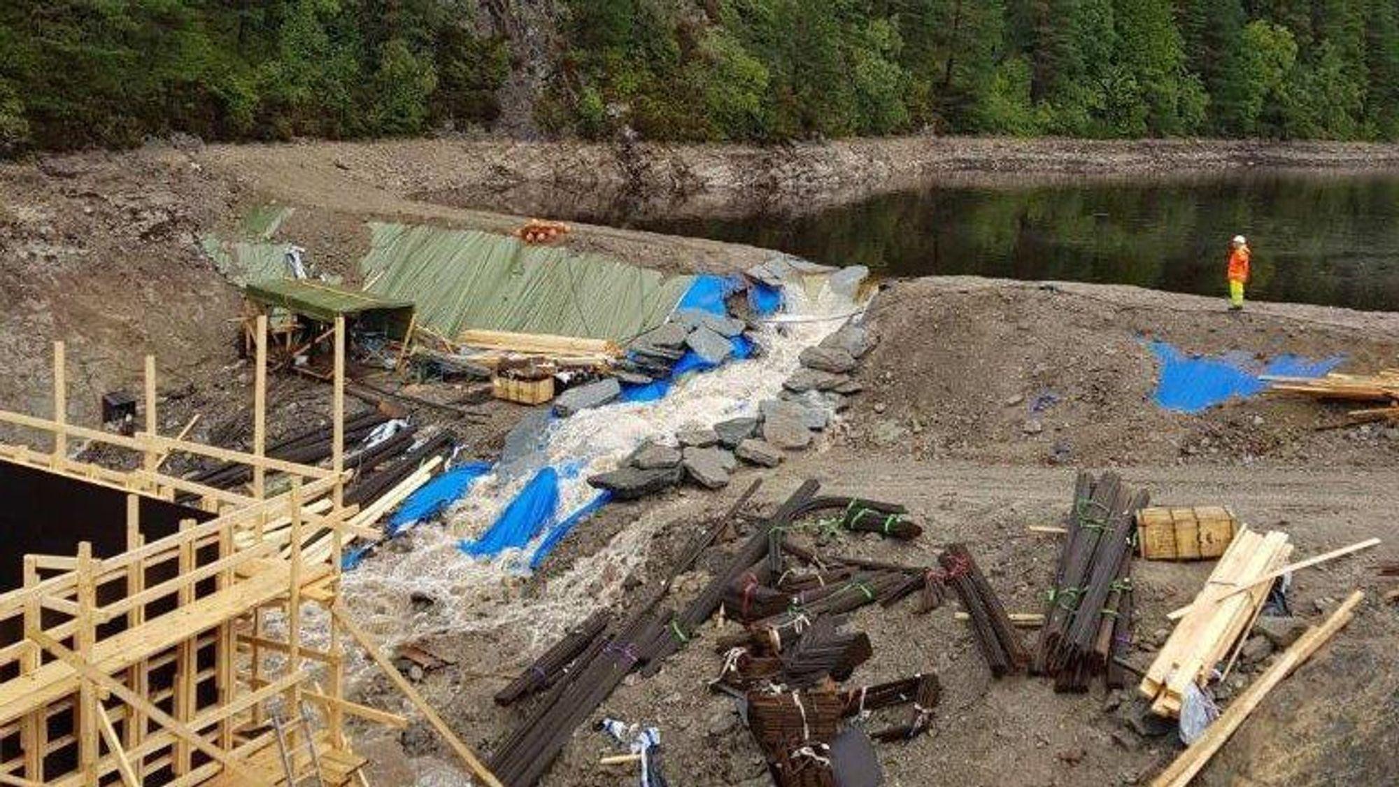 Deler av den midlertidige demningen i Munkebotsvatnet ga etter onsdag kveld.