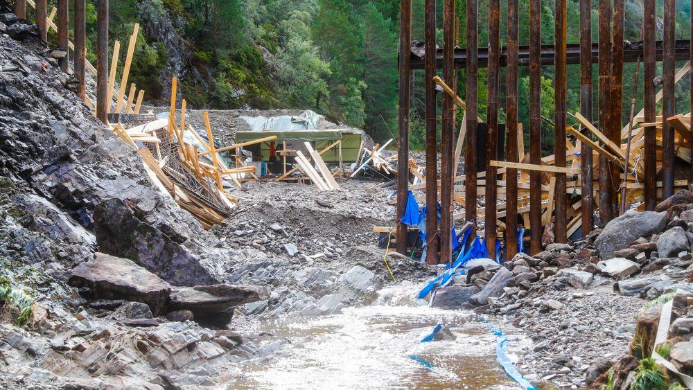 Den midlertidige demningen som var bygget i forbindelse med rehabilitering av Munkebotsvatnet brast onsdag kveld. 37 hus og 133 beboere ble evakuert.