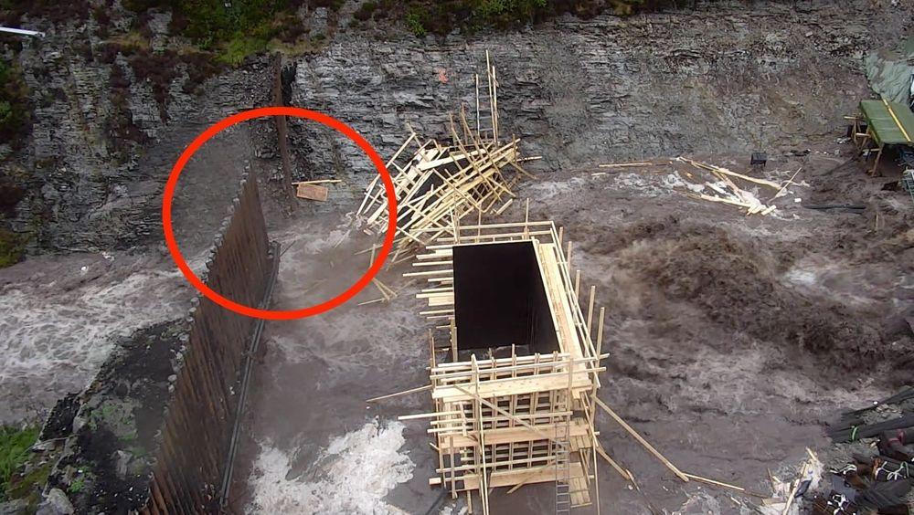 Her fosser vannet ut gjennom den nedrevne demningen. Ifølge eksperter er dette en svært uvanlig løsning som innebærer unødig risiko.