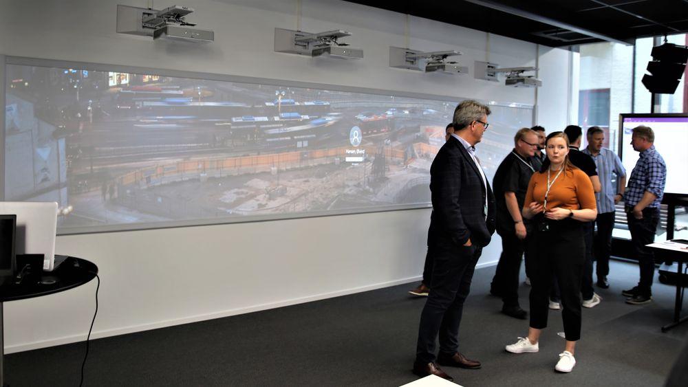 Den seks meter brede touch-skjermen er den første av sitt slag i Norge.