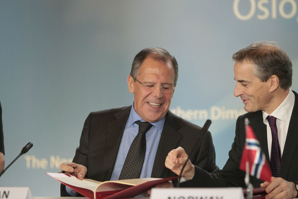 Ap-leder Jonas Gahr Støre hadde med seg tjenestetelefonen i strid med regelverket, da han møtte Russlands utenriksminister Sergej Lavrov i Kaliningrad i 2011. Her er de to under et annet treff året før.