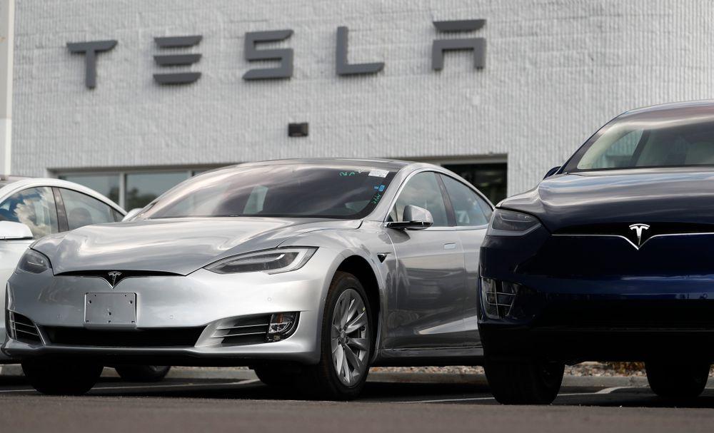 Saudi-Arabias oljefond har kjøpt 5 prosent av Tesla, men elbilprodusenten blir ikke tatt av børs, slik eieren Elon Musk antydet tidligere i måneden.