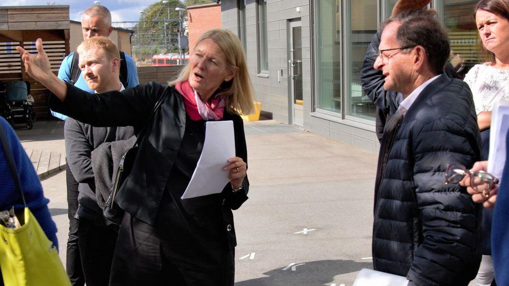 Arkitekt Astri Thån fra LPO Arkitekter viste Erling Lae og resten av juryen rundt i Munkedamsveien 62.