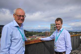 Direktør  for forretningsutvikling, Odd Moen (t.v.) og leder for offshore og marinesenteret til Siemens i Trondheim, Torstein Sole-Gärtner med Trondheimsfjorden i bakgrunnen.