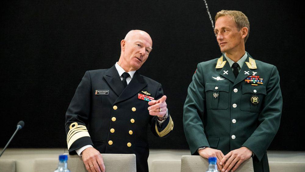 Fra venstre: Forsvarssjef Haakon Bruun-Hanssen og sjef i  Heimevernet Eirik Johan Kristoffersen under åpen høring i Stortingets kontroll-og konstitusjonskomite i riksrevisjonens undersøkelse av oppfølging av objektsikring.