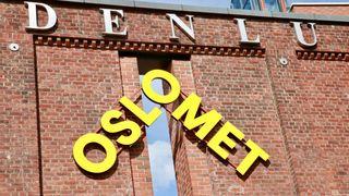 Nærbilde av Oslomet-logoen på Oslomet-bygget. Foto.