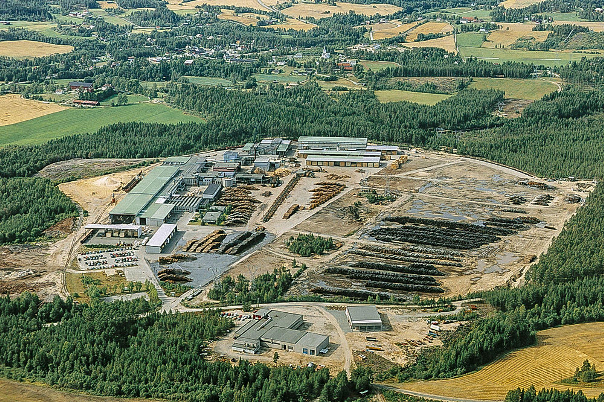 Her skal det bygges pelletsfabrikk: Tømmer inn, planker og pellets ut. Det meste drevet med energi fra bark.