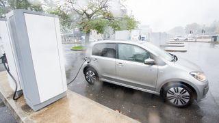 Volkswagen e-Up på en hurtigladestasjon.