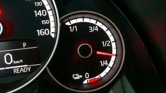 Batteriindikatoren er som en vanlig tankmåler. Bilen viser ikke batteriprosent.