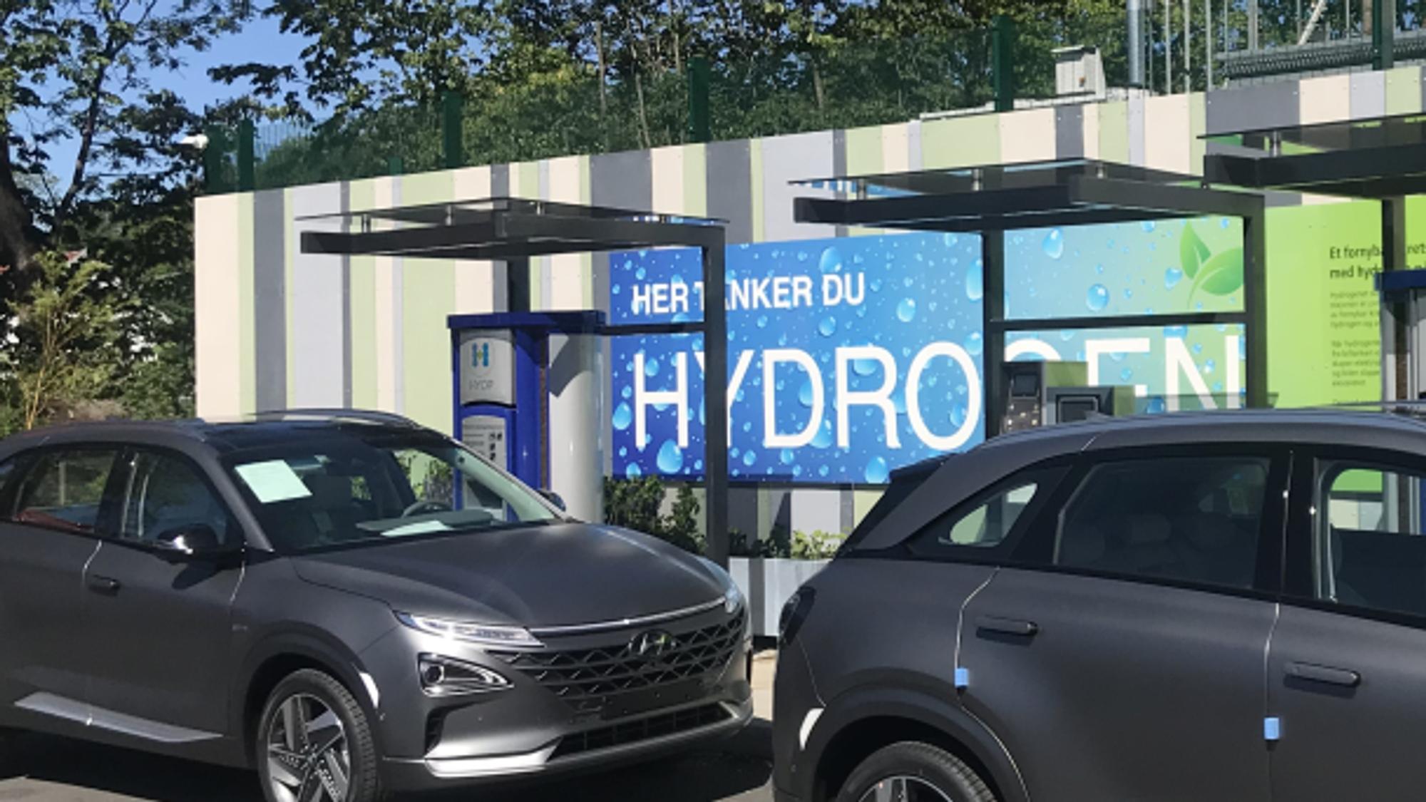 Hyundai Nexo tanker på Hyop-stasjonen på Høvik.