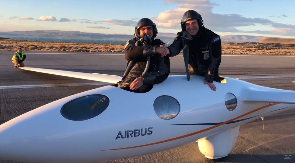 Flygerne Jim Payne (t.v) og Morgan Sandercock etter rekordflygningen med Perlan 2.