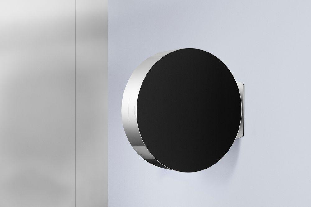 På veggen: Høyttaleren kan stå på gulvet, men også henges på veggen.