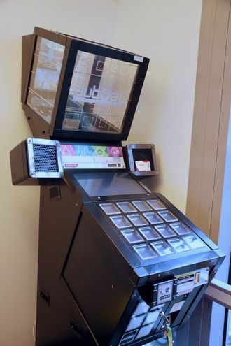 Moro på jobb: En av de ansatte har importert denne Jubeat-arcademaskinen fra Japan. Den bråker som et uvær, og brukes av både ansatte og kunder som er innom.