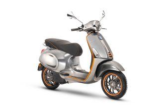 Vespa Elettrica X har et lite bensinaggregat som med 3 liter bensin gir 15 mil rekkevidde, og totalt 20 mil.