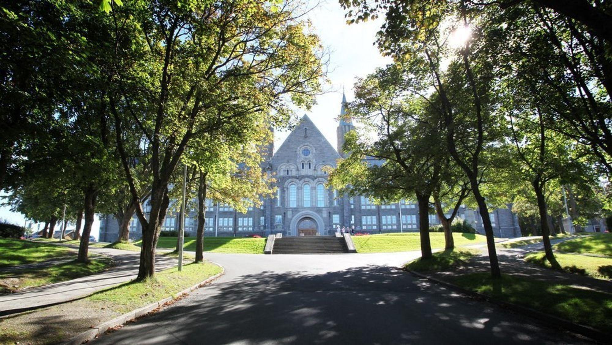 En ansatt ved NTNU i Trondheim har fått fem varsler mot seg det siste året. Det siste omhandler seksuell trakassering og betegnes som grovt.