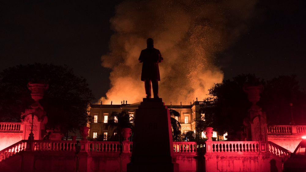 Flammene stod ut av det 200 år gamle nasjonalmuseet i Rio de Janeiro, Brazil søndag. Ifølge museets nettsider har de tusener av gjenstander relatert til Brasils og andre lands historie.